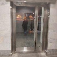 Двери маятниковые типа метро с вертикальной ручкой