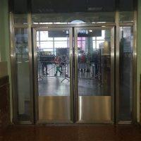 Маятниковые двери с вертикальной ручкой