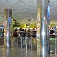 круглые колонны облицованы зеркальной нержавейкой