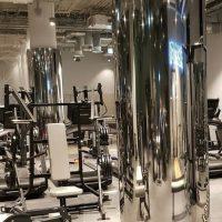 Облицовка колонн нержавеющей сталью в спортзале 01
