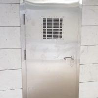 dveri s reshetkoy