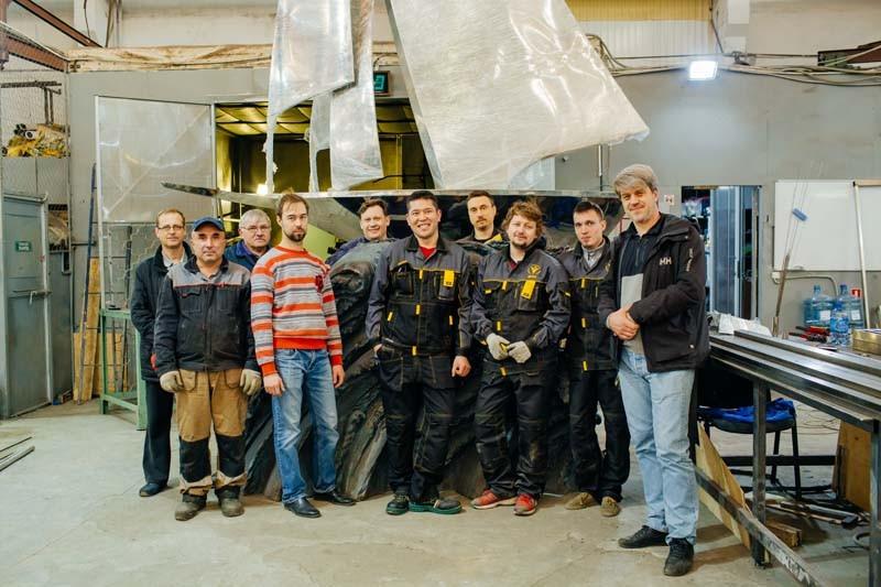 Команда Металло Промышленного Холдинга на изготовлении Скульптуры Парус из нержавеющей стали