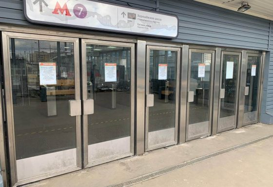 Изготовление и монтаж маятниковых дверей на станции Беговая