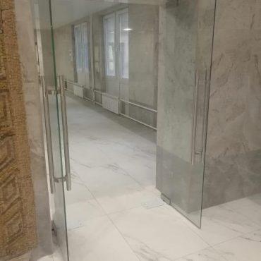 Стеклянные двери в клиническую больницу